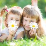 Ευτυχή παιδιά με τα λουλούδια Στοκ φωτογραφία με δικαίωμα ελεύθερης χρήσης