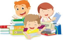 Ευτυχή παιδιά που διαβάζουν τα βιβλία Απομονωμένος στο λευκό Στοκ εικόνα με δικαίωμα ελεύθερης χρήσης
