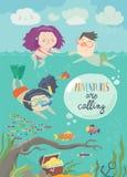 Ευτυχή παιδιά που κολυμπούν στη θάλασσα Κορίτσι που βουτά και που εξετάζει τα ψάρια ελεύθερη απεικόνιση δικαιώματος