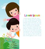 Ευτυχή παιδιά που κρατούν την κενή αφίσα σημαδιών Πρότυπο για τη διαφήμιση του φυλλάδιου Έτοιμος για το μήνυμά σας r παιδιά κινού ελεύθερη απεικόνιση δικαιώματος