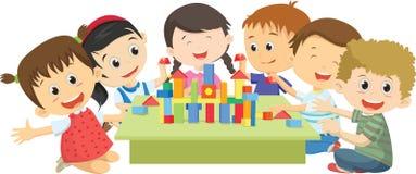 Ευτυχή παιδιά που παίζουν μαζί με τους φραγμούς Στοκ φωτογραφία με δικαίωμα ελεύθερης χρήσης