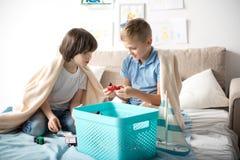 Ευτυχή παιδιά που παίζουν με τα παιχνίδια στοκ εικόνες με δικαίωμα ελεύθερης χρήσης
