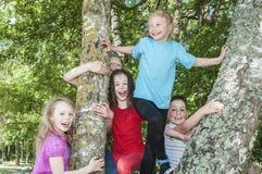 Ευτυχή παιδιά που παίζουν στο πάρκο στοκ εικόνα