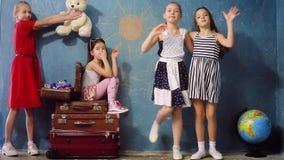 Ευτυχή παιδιά που παίζουν το ταξίδι απόθεμα βίντεο