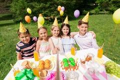 Ευτυχή παιδιά που παίρνουν selfie στη γιορτή γενεθλίων στοκ φωτογραφία με δικαίωμα ελεύθερης χρήσης