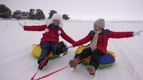 Ευτυχή παιδιά που το χειμώνα στο χιόνι και που κυματίζουν τα χέρια τους E φιλμ μικρού μήκους