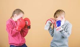 Ευτυχή παιδιά στα εγκιβωτίζοντας γάντια r r punching knockout _ r Φιλία στοκ φωτογραφία