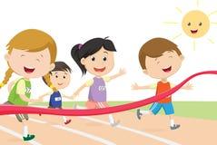 Ευτυχή παιδιά sprinter που έρχονται πρώτα στη γραμμή τερματισμού Στοκ φωτογραφία με δικαίωμα ελεύθερης χρήσης