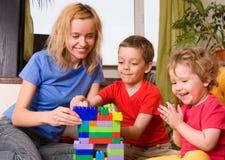 ευτυχή παιχνίδια mum κύβων παιδιών Στοκ Φωτογραφία