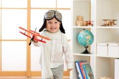 Ευτυχή παιχνίδια αγοριών παιδιών με το αεροπλάνο παιχνιδιών και τα όνειρα να γίνει πειραματικά Στοκ φωτογραφίες με δικαίωμα ελεύθερης χρήσης