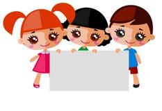 Ευτυχή παιδιά με το έμβλημα Στοκ φωτογραφία με δικαίωμα ελεύθερης χρήσης