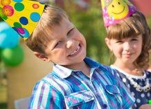 Ευτυχή παιδιά που έχουν τη διασκέδαση στη γιορτή γενεθλίων Στοκ Εικόνα