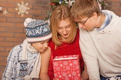 Ευτυχή παιδιά που ανοίγουν τα δώρα νέο έτος Στοκ φωτογραφίες με δικαίωμα ελεύθερης χρήσης