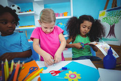 Ευτυχή παιδιά που κάνουν τις τέχνες και τις τέχνες από κοινού στοκ φωτογραφία