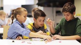 Ευτυχή παιδιά που κάνουν υψηλά πέντε στο σχολείο ρομποτικής απόθεμα βίντεο
