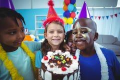 Ευτυχή παιδιά που μαζεύονται από κοινού Στοκ Εικόνες
