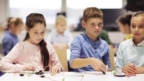 Ευτυχή παιδιά που μαθαίνουν στο σχολείο ρομποτικής απόθεμα βίντεο