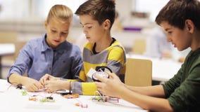 Ευτυχή παιδιά που μαθαίνουν στο σχολείο ρομποτικής φιλμ μικρού μήκους