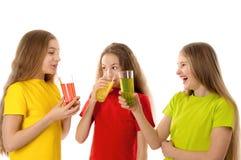 Ευτυχή παιδιά που πίνουν το χυμό στοκ φωτογραφία με δικαίωμα ελεύθερης χρήσης