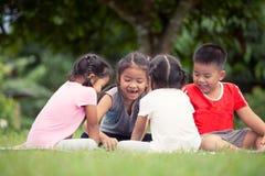 Ευτυχή παιδιά που παίζουν και που έχουν τη διασκέδαση μαζί σε υπαίθριο Στοκ φωτογραφία με δικαίωμα ελεύθερης χρήσης