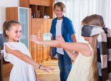 Ευτυχή παιδιά που παίζουν με το blindfold Στοκ εικόνες με δικαίωμα ελεύθερης χρήσης