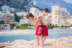 Ευτυχή παιδιά, που παίζουν στο καλοκαίρι παραλιών Στοκ φωτογραφία με δικαίωμα ελεύθερης χρήσης