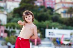 Ευτυχή παιδιά, που παίζουν στο καλοκαίρι παραλιών Στοκ εικόνες με δικαίωμα ελεύθερης χρήσης