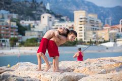Ευτυχή παιδιά, που παίζουν στο καλοκαίρι παραλιών Στοκ Εικόνες
