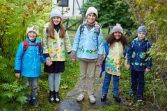 Ευτυχή παιδιά που πηγαίνουν στο σχολείο Στοκ φωτογραφίες με δικαίωμα ελεύθερης χρήσης