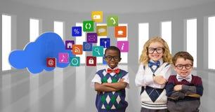 Ευτυχή παιδιά που στέκονται τα όπλα που διασχίζονται από app τα εικονίδια και τη μορφή σύννεφων Στοκ εικόνες με δικαίωμα ελεύθερης χρήσης