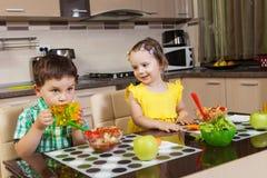 Ευτυχή παιδιά που τρώνε τα υγιή τρόφιμα στοκ φωτογραφία με δικαίωμα ελεύθερης χρήσης