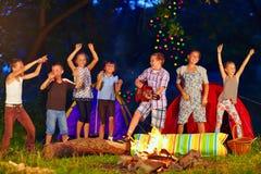 Ευτυχή παιδιά που χορεύουν γύρω από την πυρά προσκόπων Στοκ φωτογραφίες με δικαίωμα ελεύθερης χρήσης