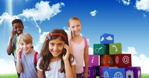 Ευτυχή παιδιά που χρησιμοποιούν τα έξυπνα τηλέφωνα με τα εικονίδια apps στο υπόβαθρο Στοκ φωτογραφίες με δικαίωμα ελεύθερης χρήσης