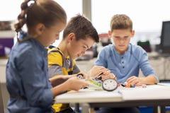 Ευτυχή παιδιά που χτίζουν τα ρομπότ στο σχολείο ρομποτικής Στοκ Φωτογραφία