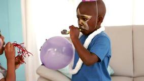 Ευτυχή παιδιά σε μια γιορτή γενεθλίων φιλμ μικρού μήκους
