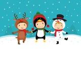 Ευτυχή παιδιά στα κοστούμια Χριστουγέννων που παίζουν με το χιόνι διανυσματική απεικόνιση