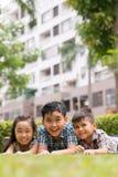 Ευτυχή παιδιά στην πράσινη χλόη στοκ εικόνα με δικαίωμα ελεύθερης χρήσης