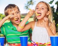 Ευτυχή παιδιά στη γιορτή γενεθλίων Στοκ εικόνες με δικαίωμα ελεύθερης χρήσης