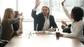Ευτυχή παρακινημένα επιτυχή τεθειμένα ομάδα χέρια επάνω μαζί, εταιρική ενότητα φιλμ μικρού μήκους