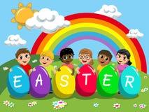 Ευτυχή πολυφυλετικά παιδιά παιδιών που παίζουν με τα μεγάλα πολύχρωμα αυγά Πάσχας υπαίθρια ελεύθερη απεικόνιση δικαιώματος