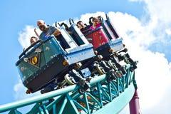 Ευτυχή πρόσωπα του πατέρα και του γιου που έχουν τη διασκέδαση Rollercoaster πληγής Cobras στοκ εικόνα