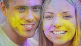 Ευτυχή πρόσωπα χαμόγελου των χαρούμενων νέων που εξετάζουν τη κάμερα, εύθυμες συγκινήσεις φιλμ μικρού μήκους