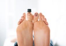 Ευτυχή πόδια οικογενειακά Στοκ φωτογραφίες με δικαίωμα ελεύθερης χρήσης