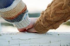 Ευτυχή ρομαντικά χέρια εκμετάλλευσης ζευγών Στοκ Εικόνες