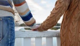 Ευτυχή ρομαντικά χέρια εκμετάλλευσης ζευγών Στοκ Φωτογραφίες