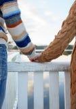 Ευτυχή ρομαντικά χέρια εκμετάλλευσης ζευγών Στοκ φωτογραφίες με δικαίωμα ελεύθερης χρήσης