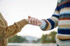 Ευτυχή ρομαντικά χέρια εκμετάλλευσης ζευγών Στοκ φωτογραφία με δικαίωμα ελεύθερης χρήσης