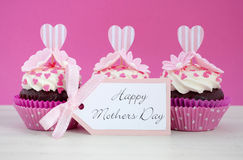 Ευτυχή ρόδινα και άσπρα cupcakes ημέρας μητέρων Στοκ φωτογραφίες με δικαίωμα ελεύθερης χρήσης