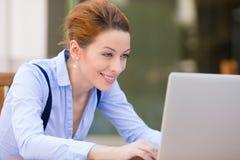 Ευτυχή στηργμένος χέρια γυναικών στο πληκτρολόγιο, που κοιτάζει στην οθόνη lap-top υπολογιστών στοκ φωτογραφία