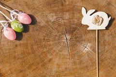 Ευτυχή τεχνητά eags Πάσχας με το ξύλινο backgroung κουνελιών Στοκ φωτογραφία με δικαίωμα ελεύθερης χρήσης